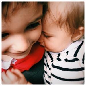 deux enfants - frere et soeur - amour - parentalité